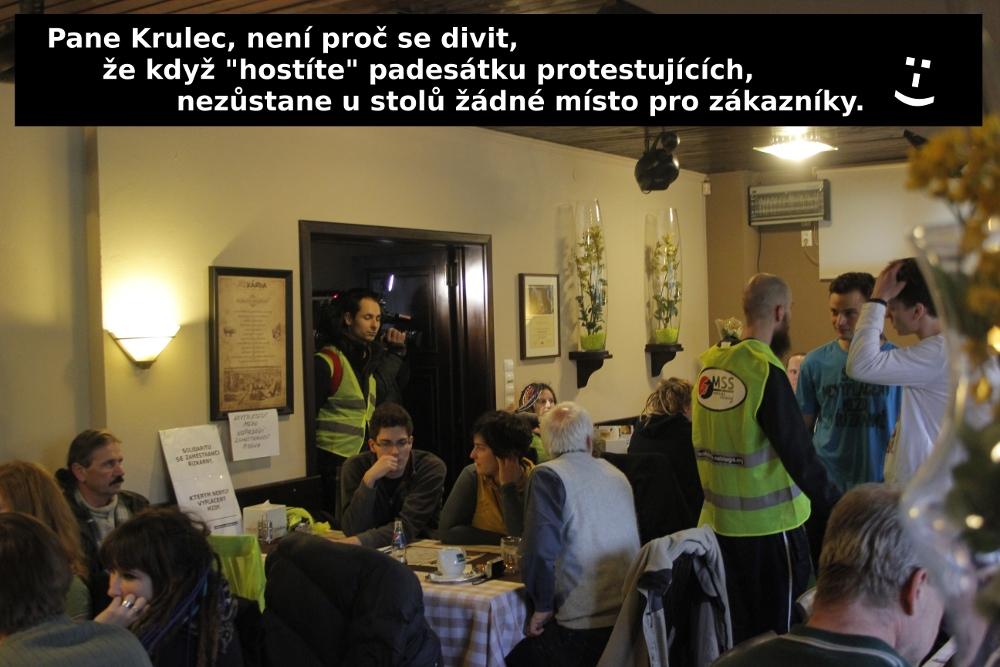 6_Protestující obsadili stoly v restautaci Řízkárna_1