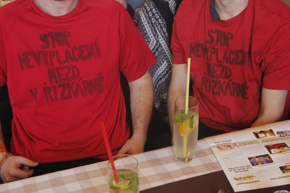 protest v tričkách v restauraci Řízkárna_4