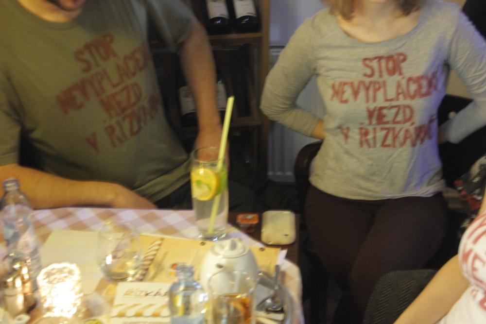 protest v tričkách v restauraci Řízkárna_9